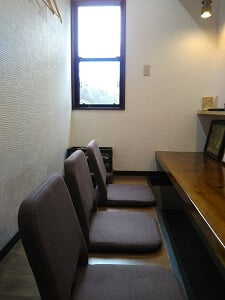 左奥のカウンター席の写真