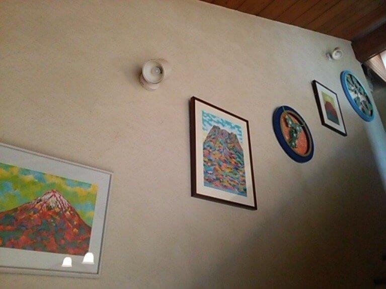 芸術作品が飾られている壁の写真