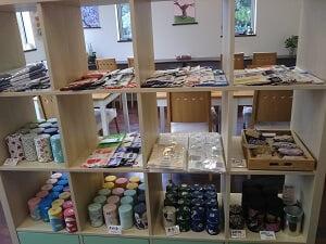 和雑貨の販売品が並んでいる写真