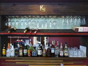 K'sキッチンのお酒とグラスが並ぶ写真