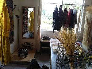 クラシックの衣類と試着室の写真