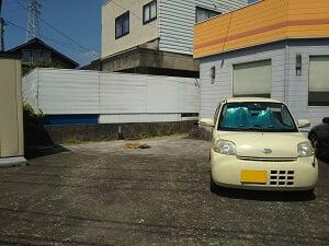 マムズキッチンの駐車場はスカイハイのマムズキッチン側2台の写真