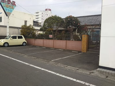 musubiの横の駐車場の写真