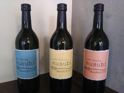 musubiのオープン日が書いてあるワインボトルの写真
