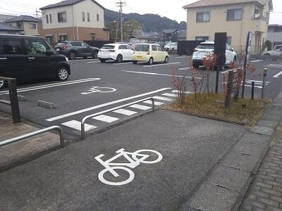 ダンケン谷山店の広い駐車場の写真