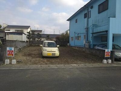 孝子庵の道路向いの駐車場の写真