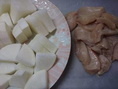 鶏むね肉と大根を切った写真