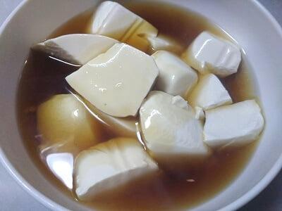 湯切りした豆腐の上にあんをかけた写真