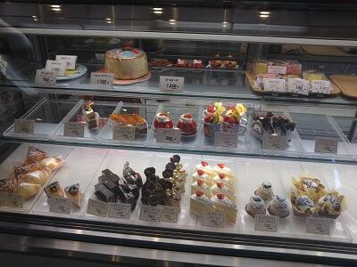 橋脇風月堂のショーケースのケーキの写真