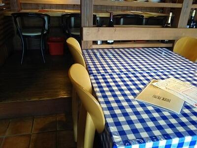 simpaticoのテーブルの奥にはカウンター席がある写真