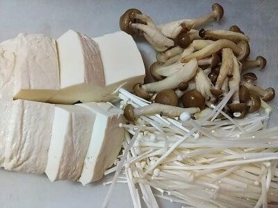 豆腐は水切りしてしめじとえのきを切った画像