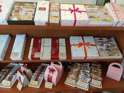 パティスリーeveのギフト用箱入りお菓子が並ぶ写真
