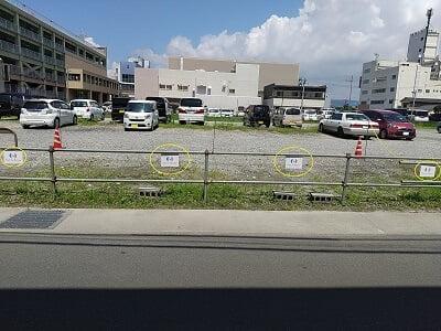 パリジャンのすぐ前の駐車場の写真